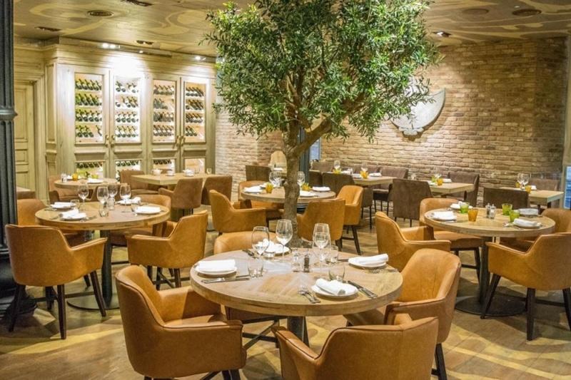 Nhà hàng sang trọng với không gian ấm cúng và rộng rãi
