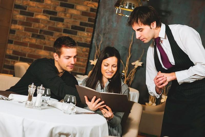 Tiêu chuẩn của nhân viên phục vụ nhà hàng là gì?